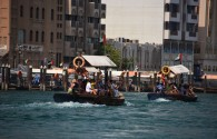 Na łodzi w Dubaju nie ma zbyt wiele miejsca na bagaż