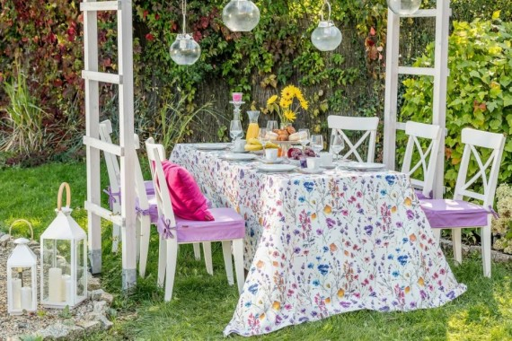 Z jadalni do ogrodu – 5 porad, jak zaaranżować przestrzeń na przyjęcie na świeżym powietrzu